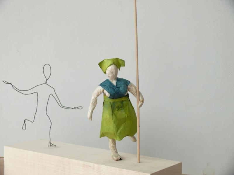 Figuren aus Draht und Papier
